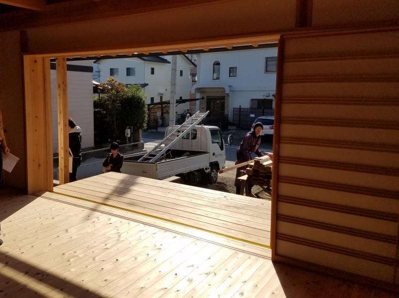 大窓は木製建具!庇が深いのですが、冬は奥まで日差しが届きます。