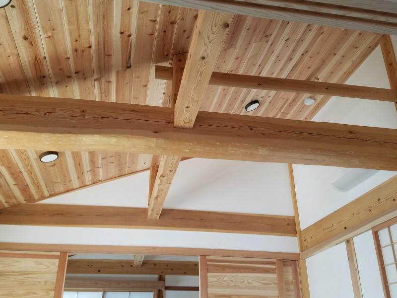 木の勾配天井で梁をみせてます。