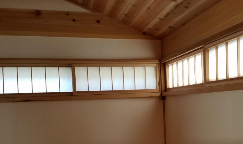 伝統住宅は出隅を固めない方がいいようです。なので、出隅に窓をおくことができます。